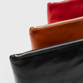 YUMA - your travel essential for short and long trips! Available in three colors @zamtprojects.com#ZAMT #ZAMTberlin #sustainable #leather #vegtanned #travel #toiletrybag #spongebag #washbag